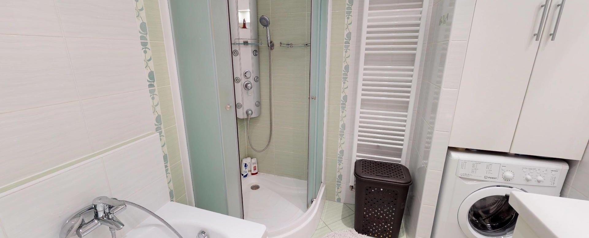 Kúpeľňa s vaňou a sprchovým kútom Zariadená obývacia izba v 3-izbovom byte v Kysuckom Lieskovci