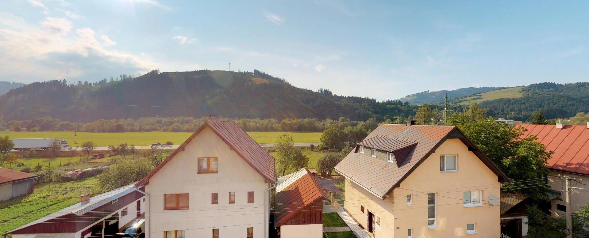 Výhľad z balkóna Zariadená obývacia izba v 3-izbovom byte v Kysuckom Lieskovci