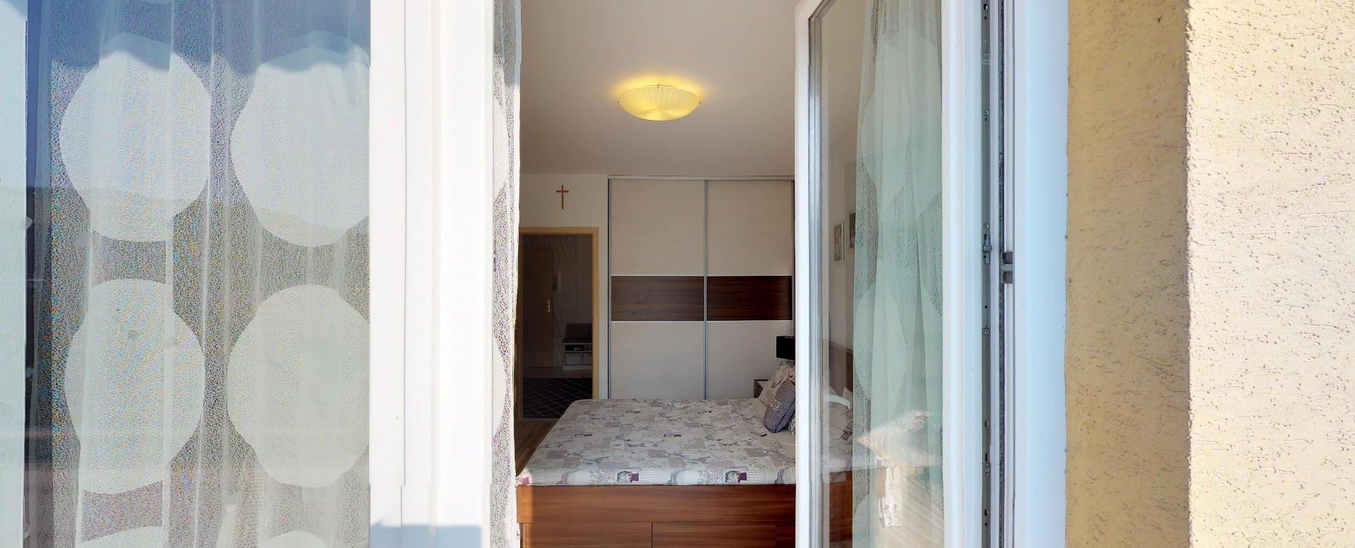 Vstup do spálne z balkóna Zariadená obývacia izba v 3-izbovom byte v Kysuckom Lieskovci