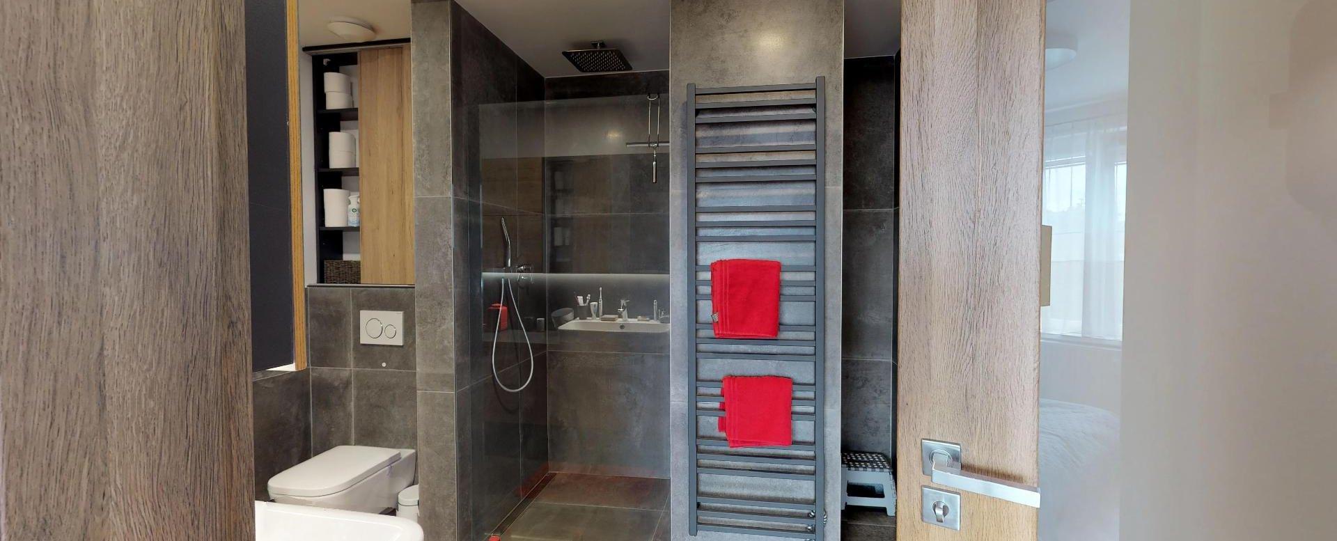Moderná kúpeľňa so sprchovým kútom
