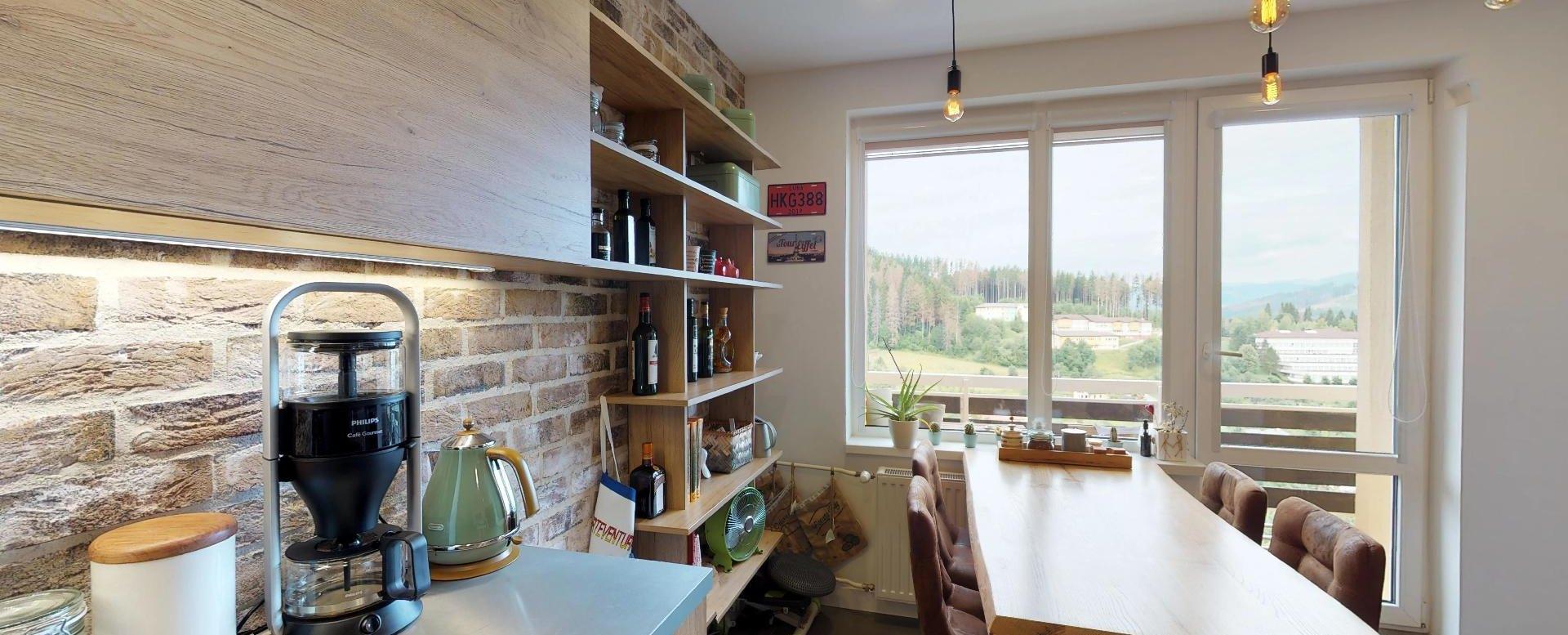 Kuchynský stôl a pohľad na lodžiu