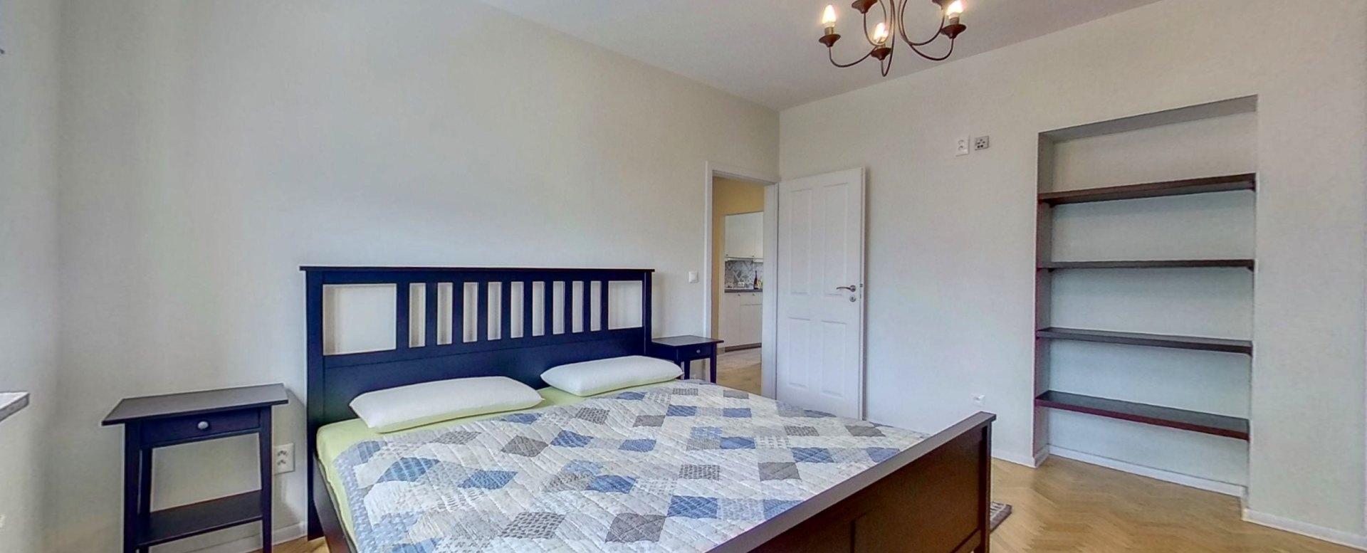 Manželská posteľ, stolíky a police
