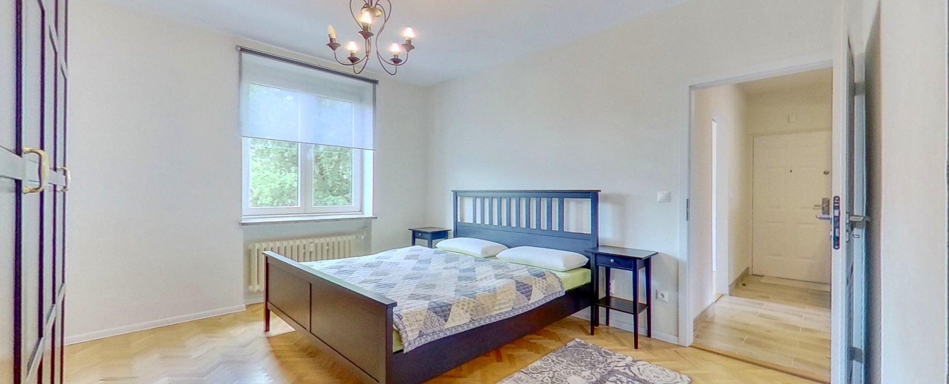 Pohľad na manželskú posteľ v spálni