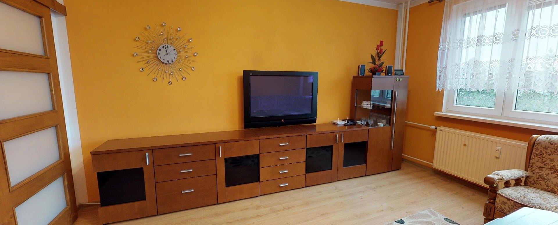 Nábytok a tv v obývacej izbe