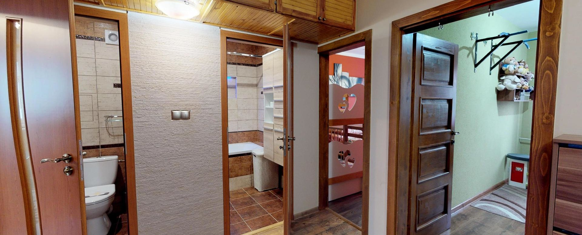 Pohľad na kúpeľňu a toaletu