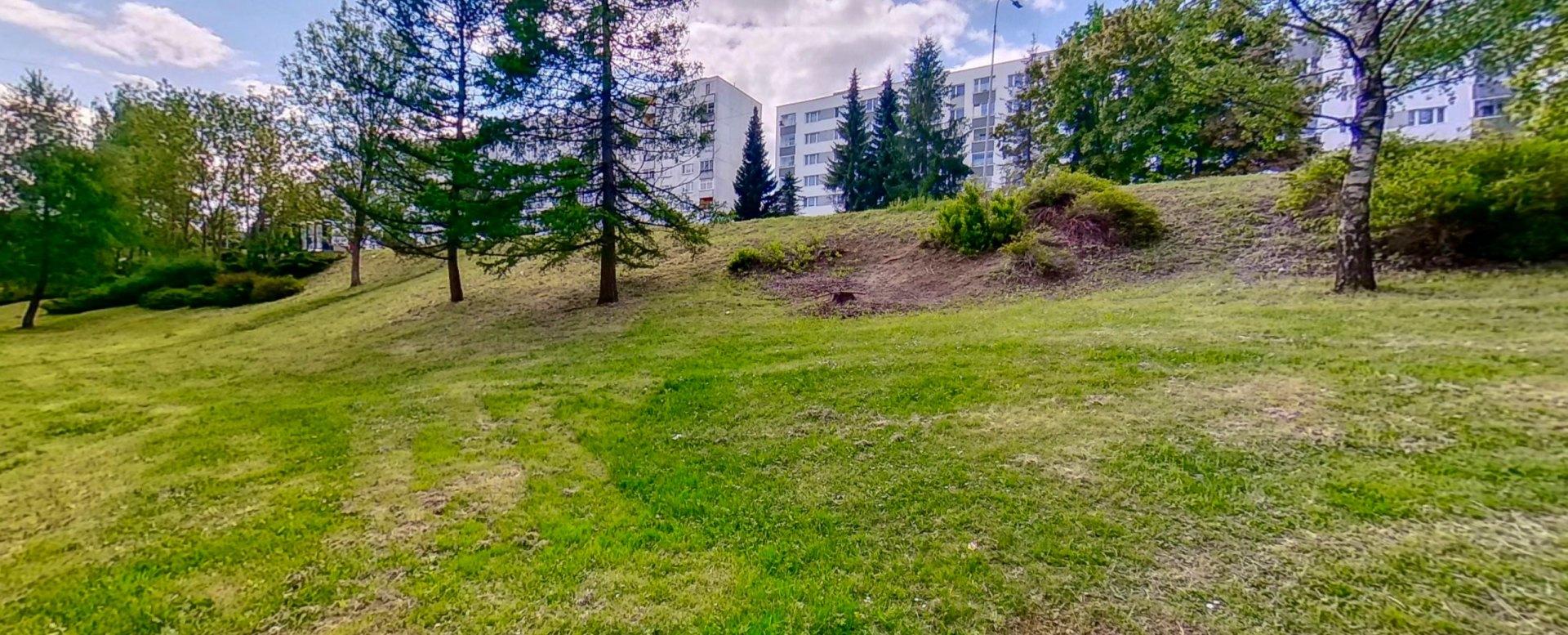 Park za bytovým domom Okružnej ul. v Čadci