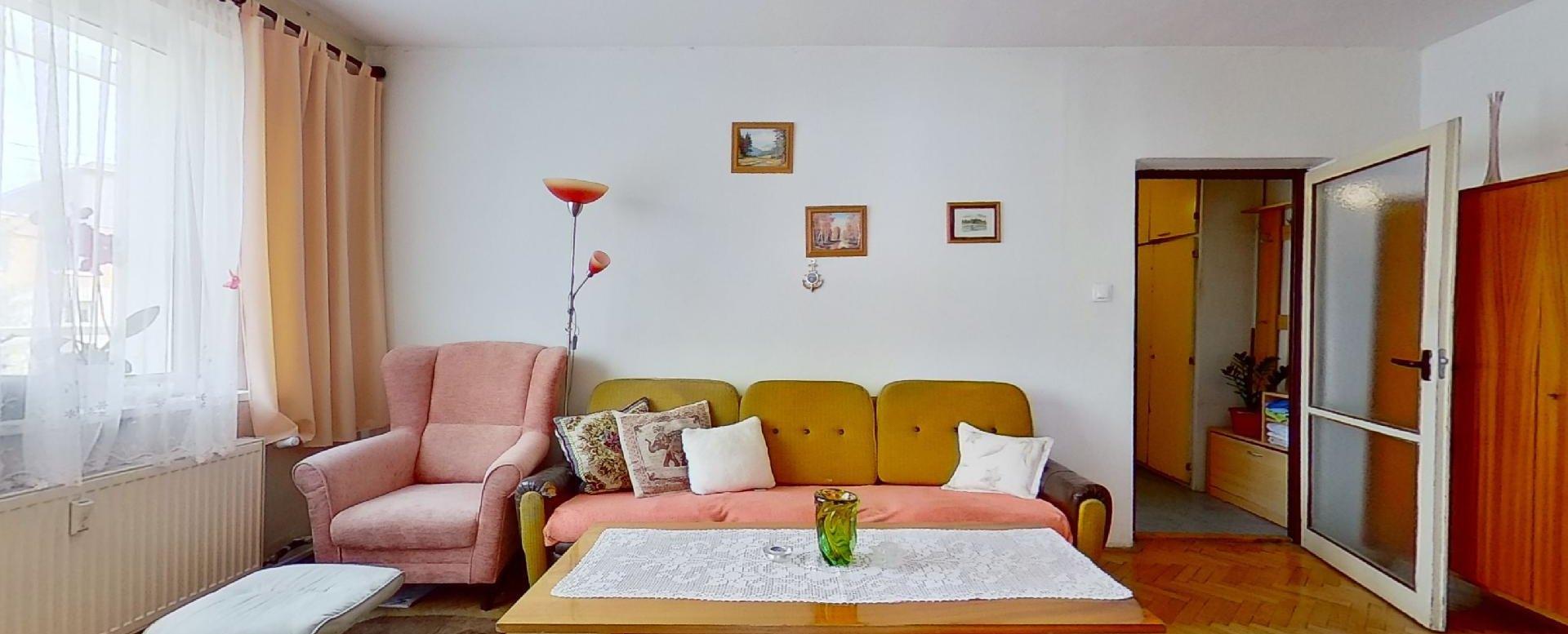 pohľad zo spálne do obývacej izby