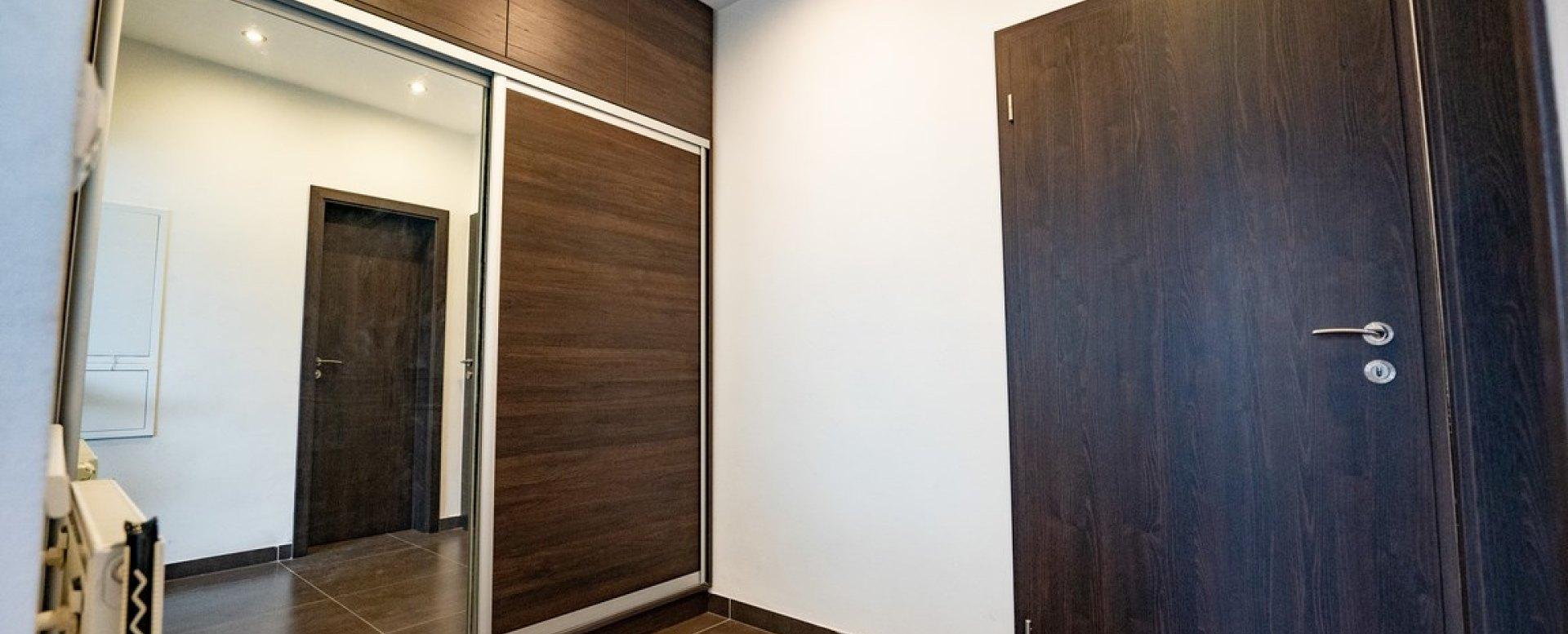 Predsieň, vchodové dvera a vstavaná skriňa v 3-izbovom byte na Botovej v Žiline