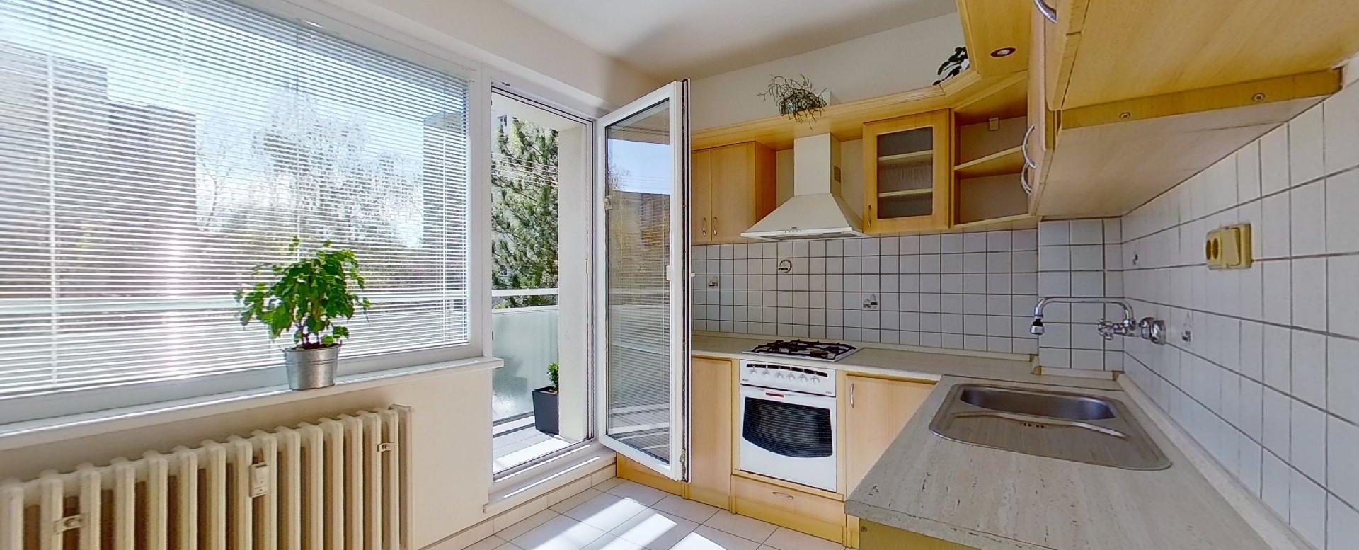 Kuchyňa s balkónom 3-izbového bytu na Trnavskej ulici v Žiline - Vlčince
