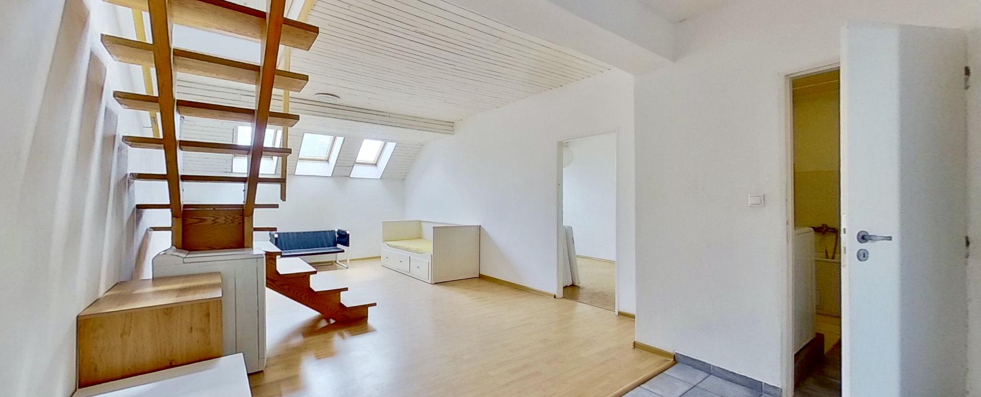 Schodisko v podkrovnom 5-izbovom byte