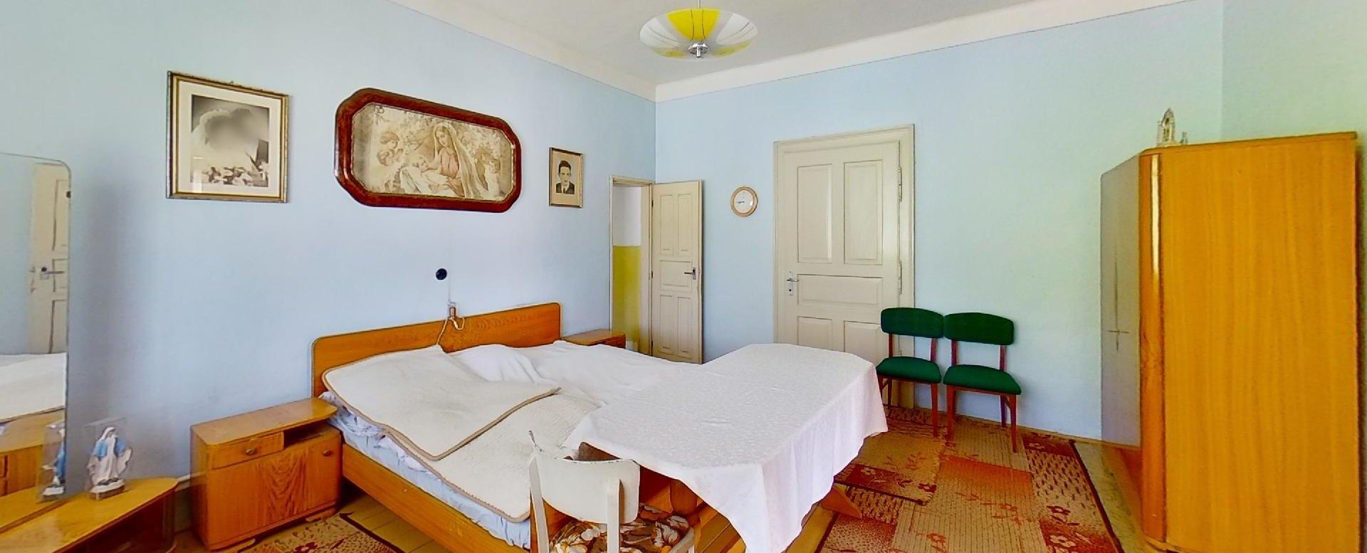 Spálňa s kúpeľňou pohľad zo strany
