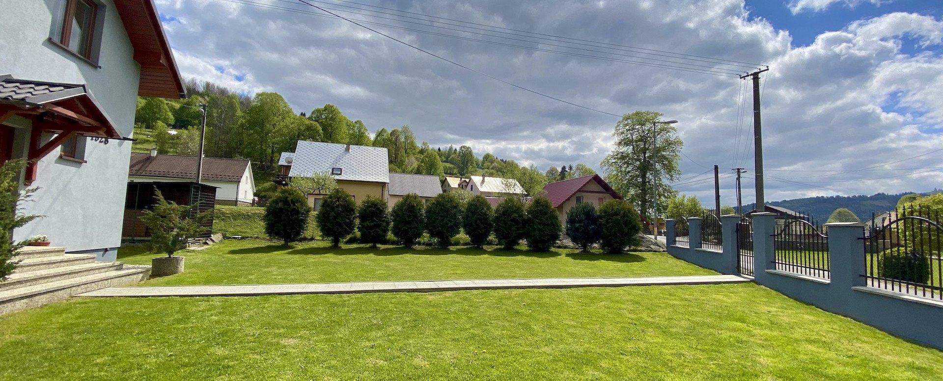 trávnik a chodník pred domom