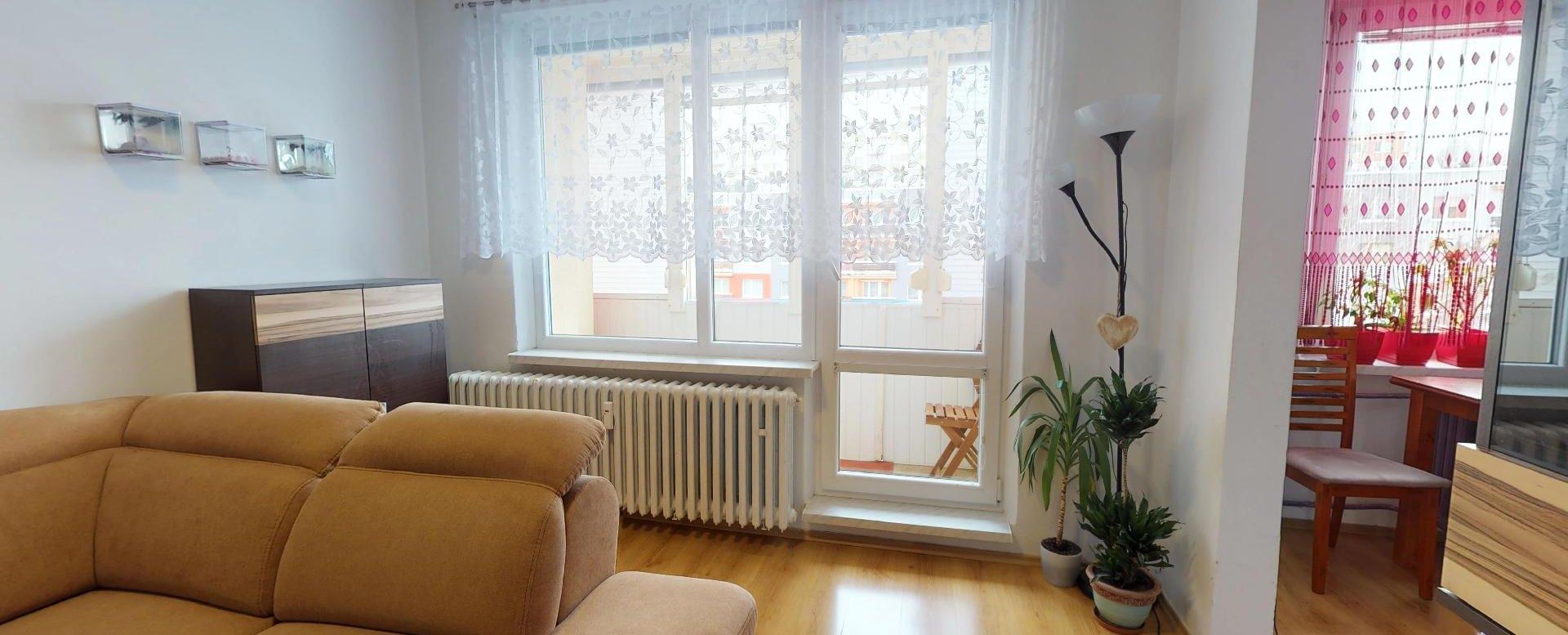 Pohľad v obývacej izbe na lodžiu