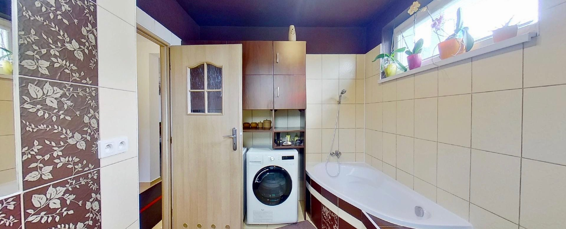 vaňa a práčka v kúpeľni