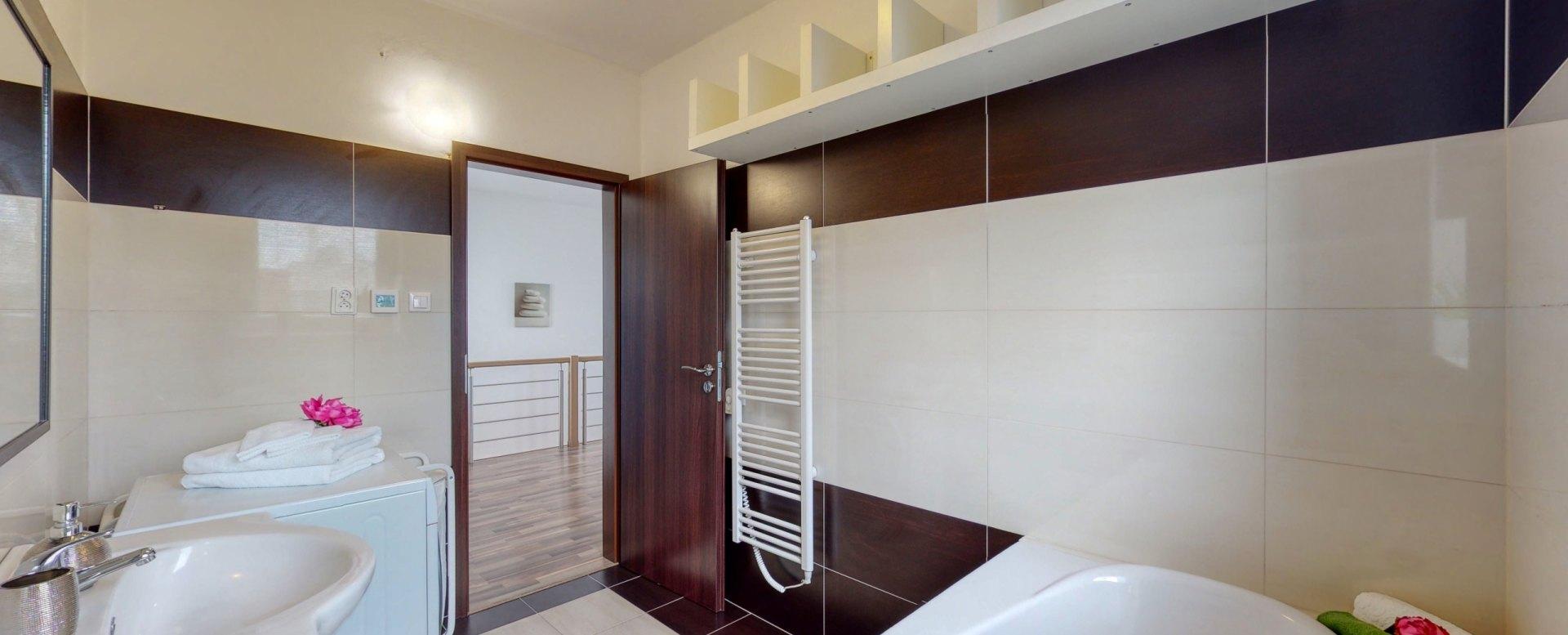 Pohľad na radiátor a vstup do kúpeľne