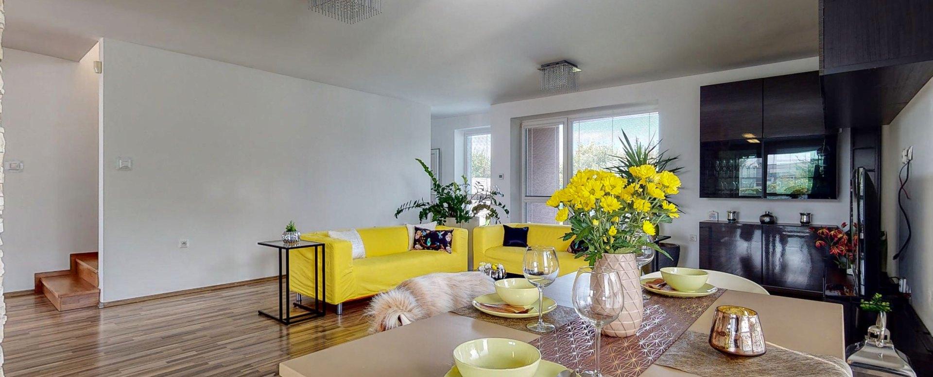 Pohľad na jedálensky stôl a obývaciu izbu