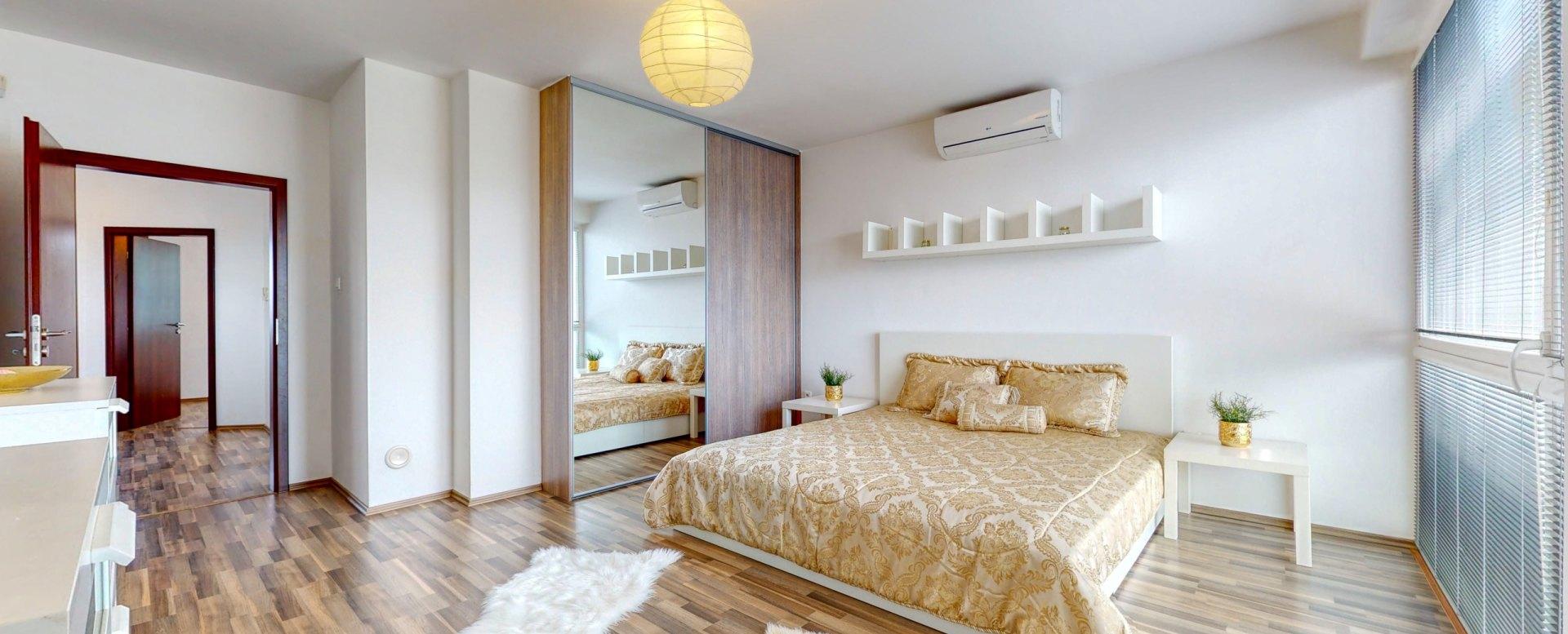 Pohľad na vstup do spálne, vstavanú skriňu a manželskú posteľ