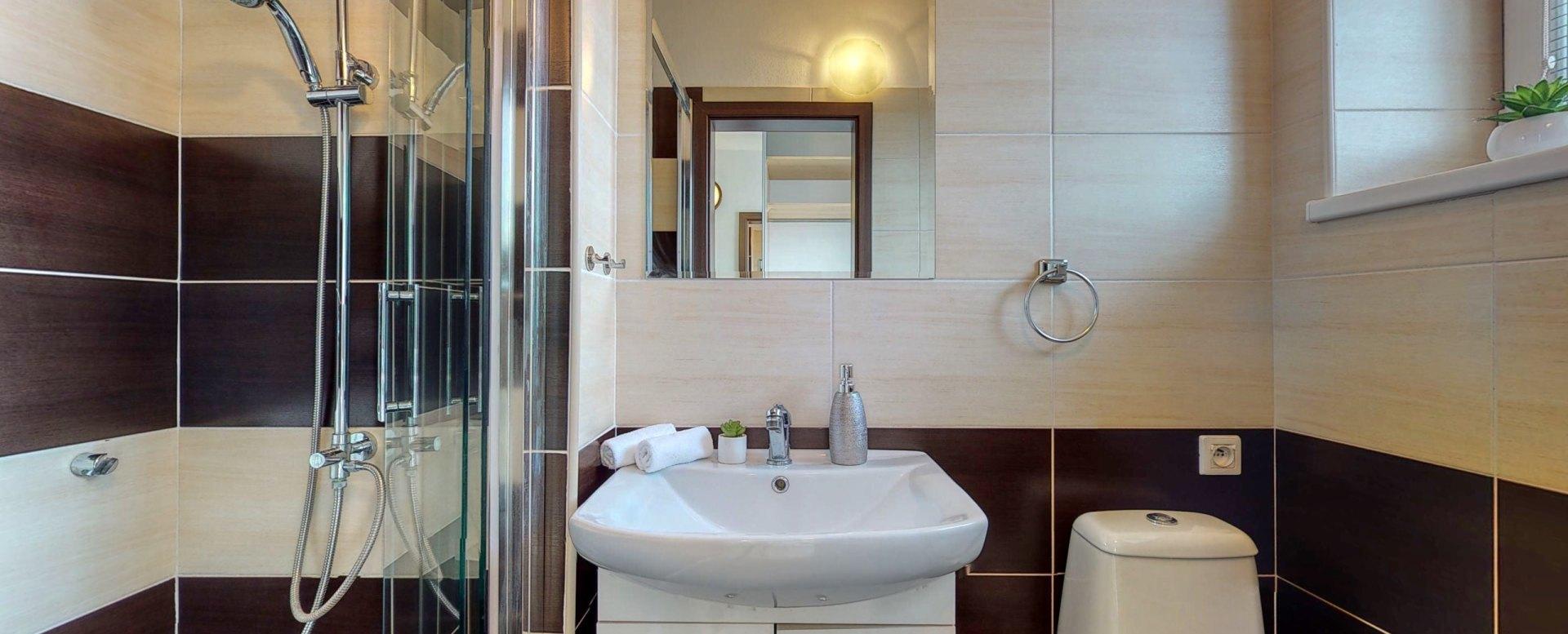Pohľad do kúpeľne so sprchovým kútom a toaletou
