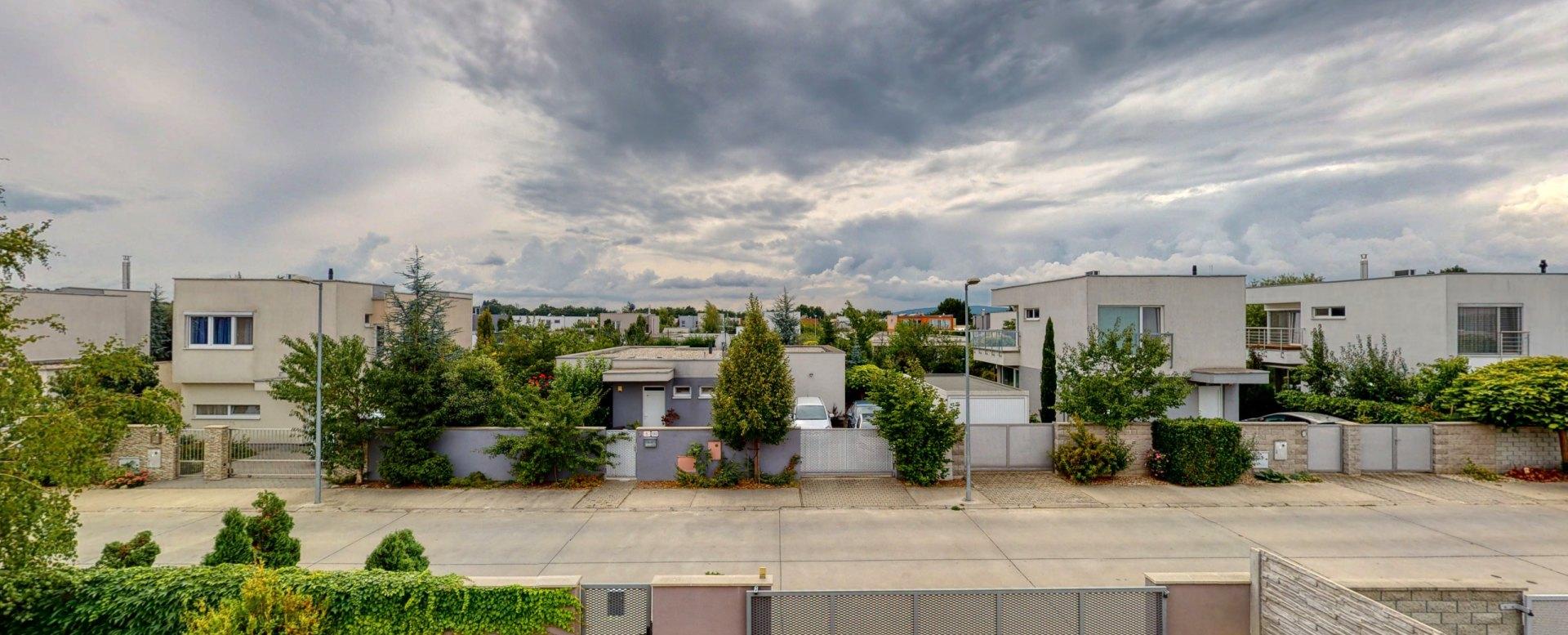 Výhľad na okolité rodinné domy v lokalite Panónsky háj 2