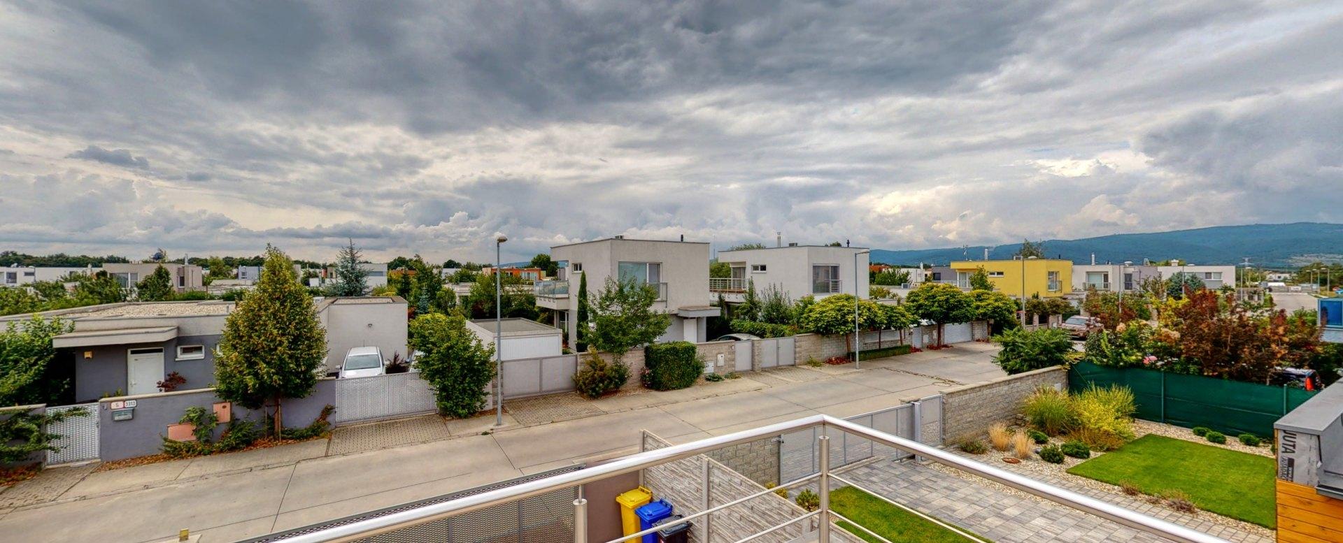 Výhľad na Šalviovú ulicu, okolité domy a Malé Karpaty