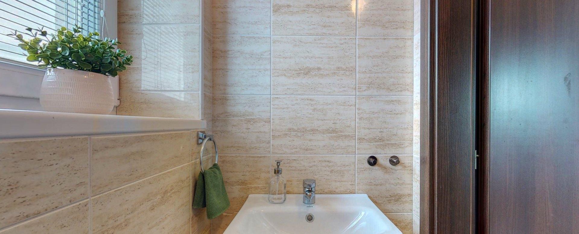 Pohľad na umývadlo pri toalete