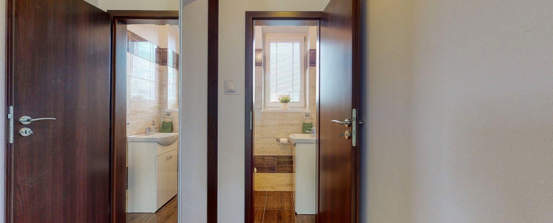 Pohľad na umývadlo s toaletou druhého podlažia