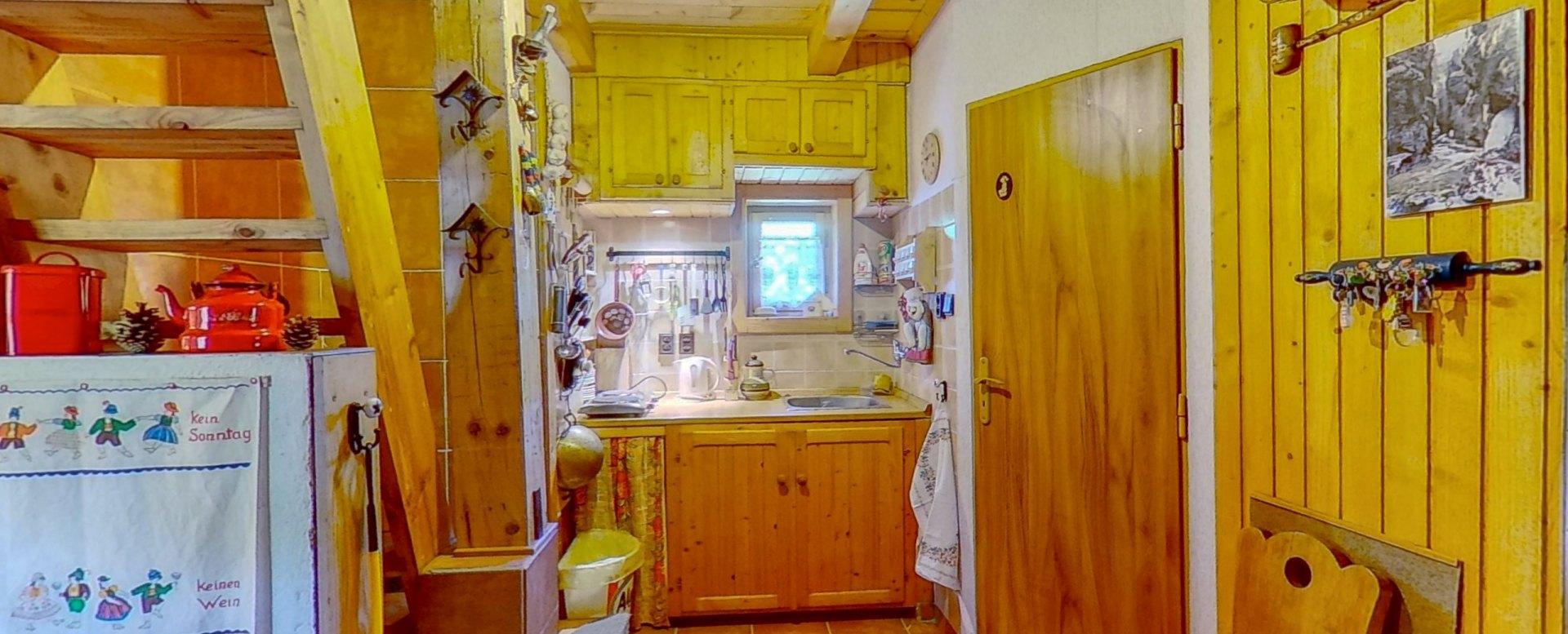 pohľad na kuchynský kút a vstup do kúpeľne