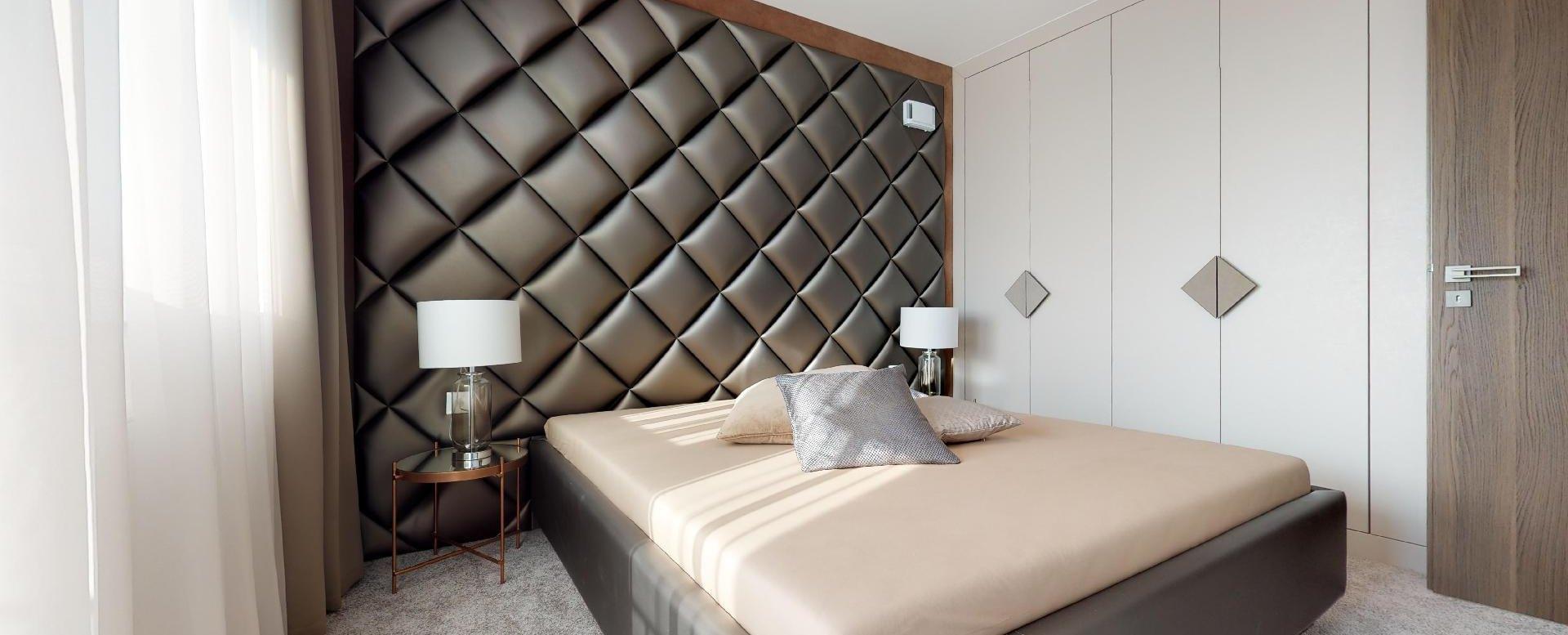 moderná spálňa s manželskou postelou