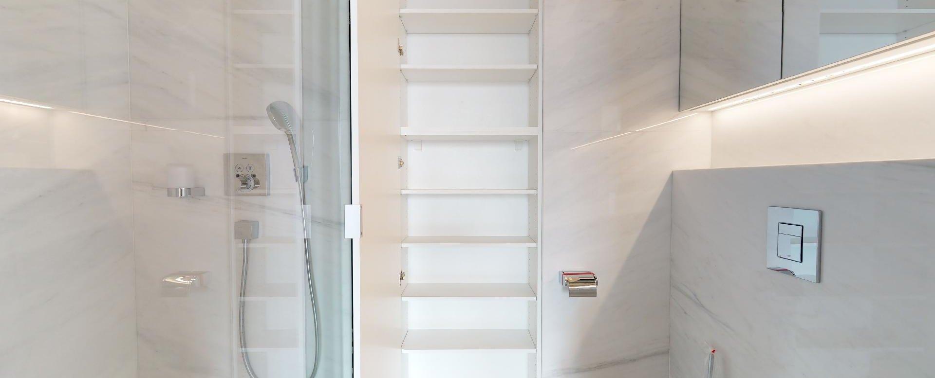 Kúpeľňová skriňa v 3-izbovom penthouse v Panorama Towers