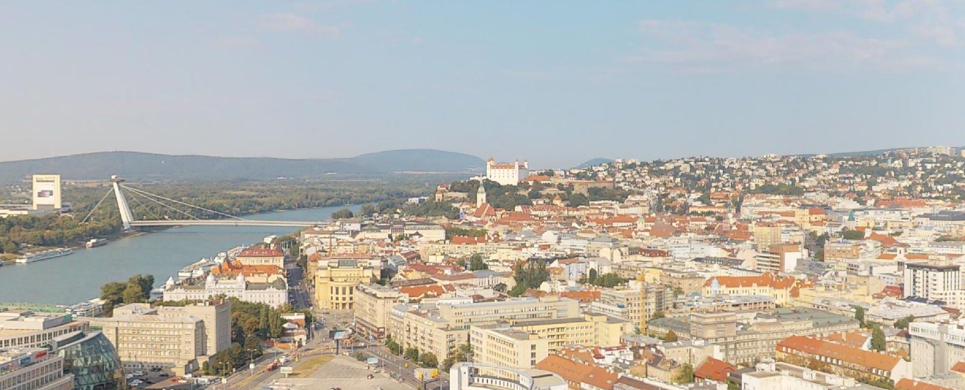 Výhľad na Dunaj a na Bratislavský hrad z penthousu v Panorama Towers