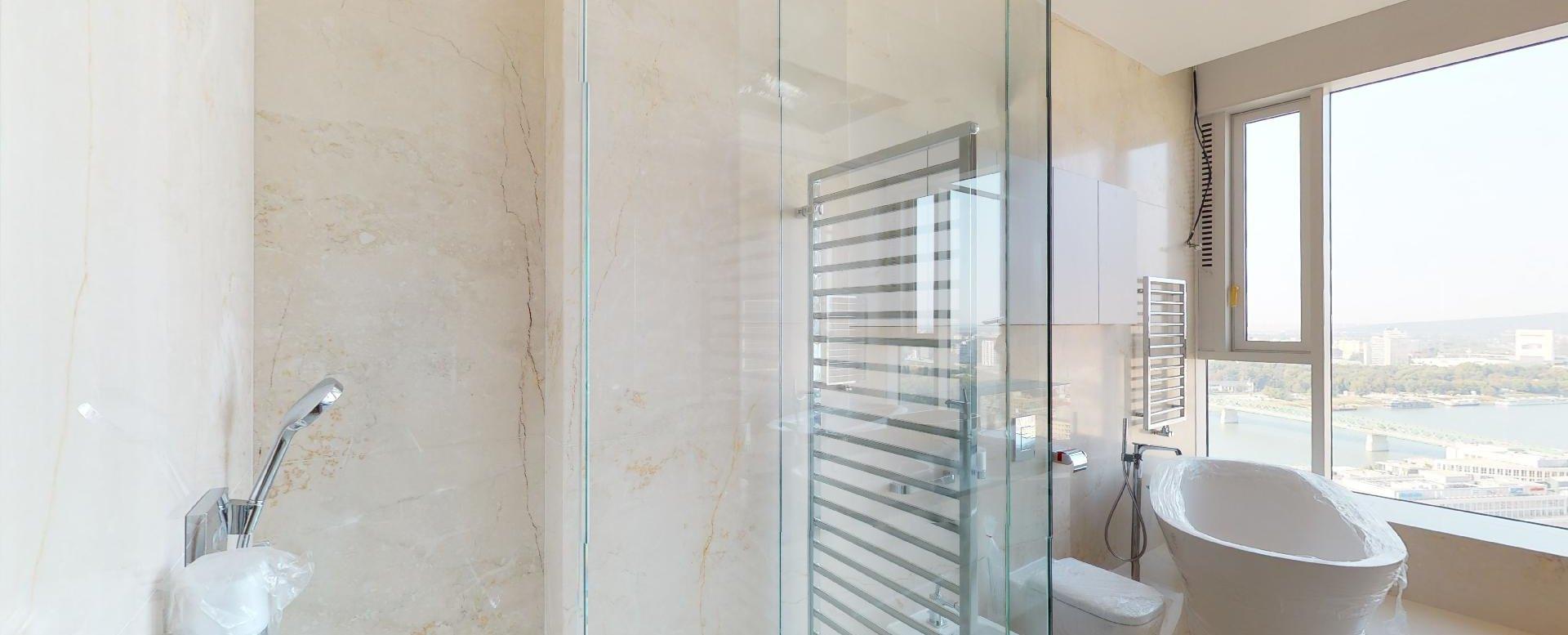 Pohľad na sprchový kút, vaňu, toaletu a bidet