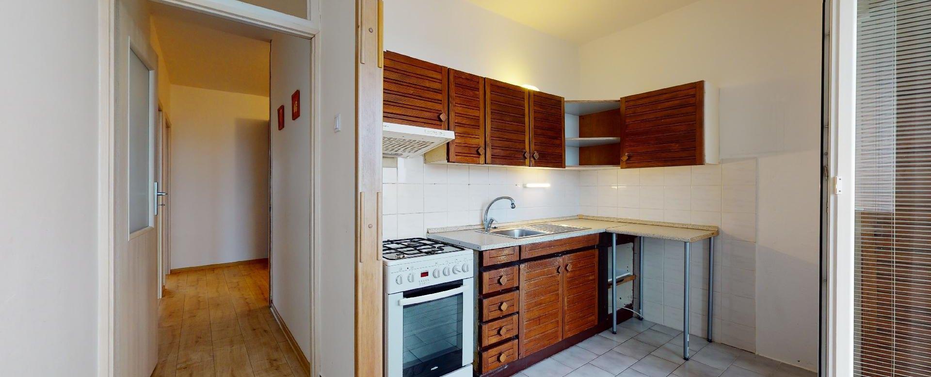 Kuchyňa s pôvodnou kuchynskou linkou v 2-izbovom byte na Považanovej ulici v Dúbravke