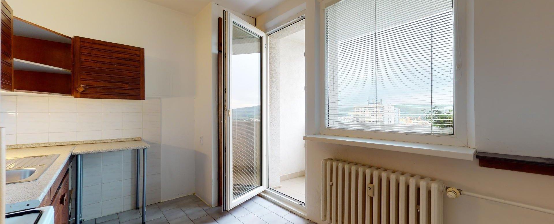 Vstup na lodžiu z kuchyne v 2-izbovom byte na Považanovej ulici v Dúbravke