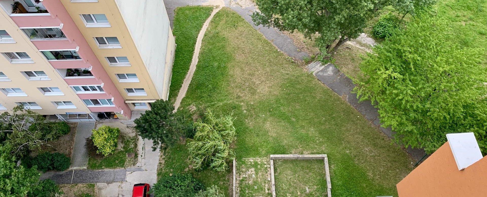 Výhľad z okna v 2-izbovom byte na Považanovej ulici v Dúbravke
