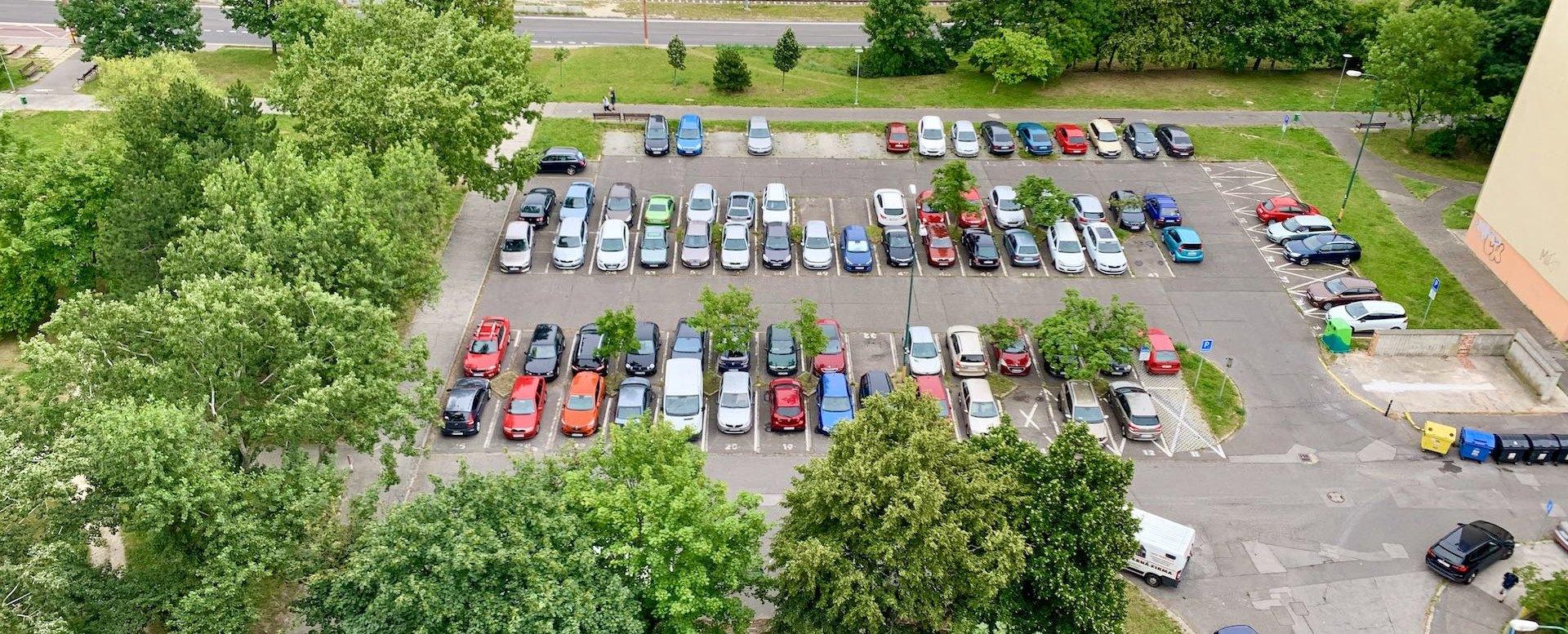 Pohľad na verejné parkovisko