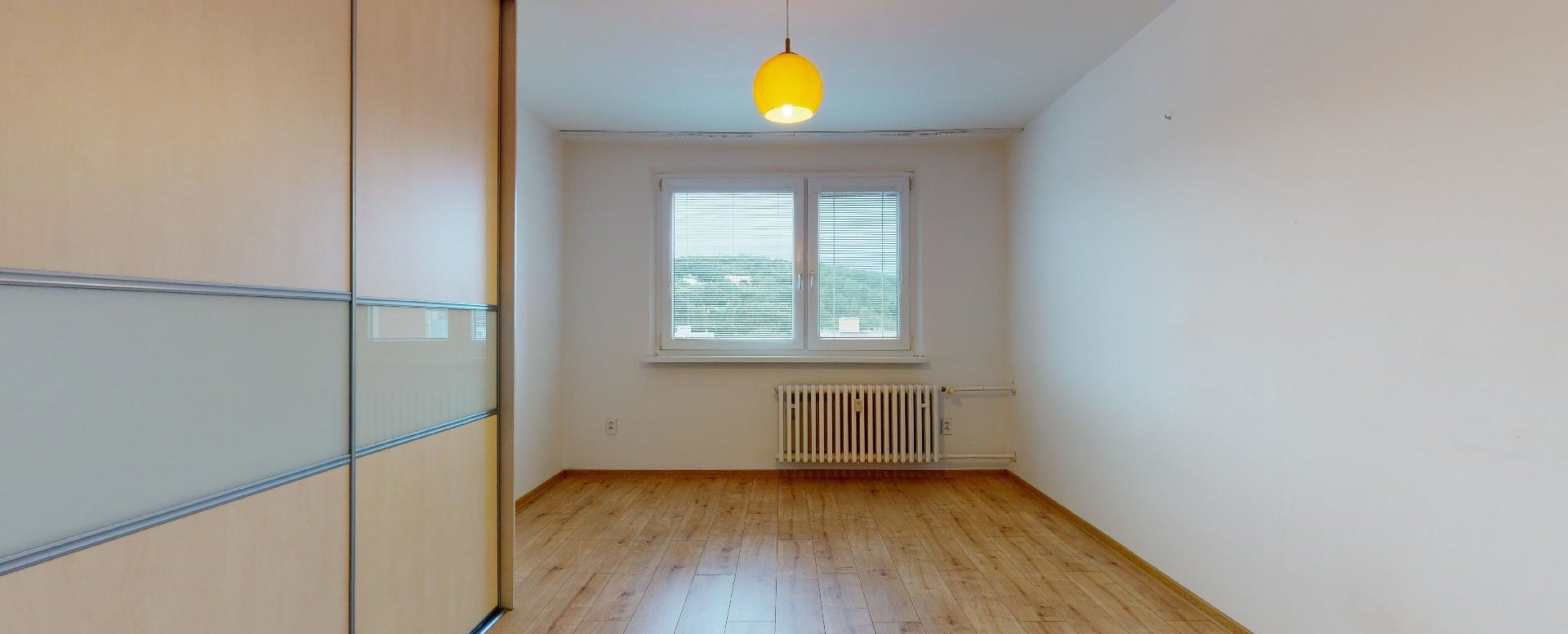 Izba so vstavanou skriňou v 2-izbovom byte na Považanovej ulici v Dúbravke