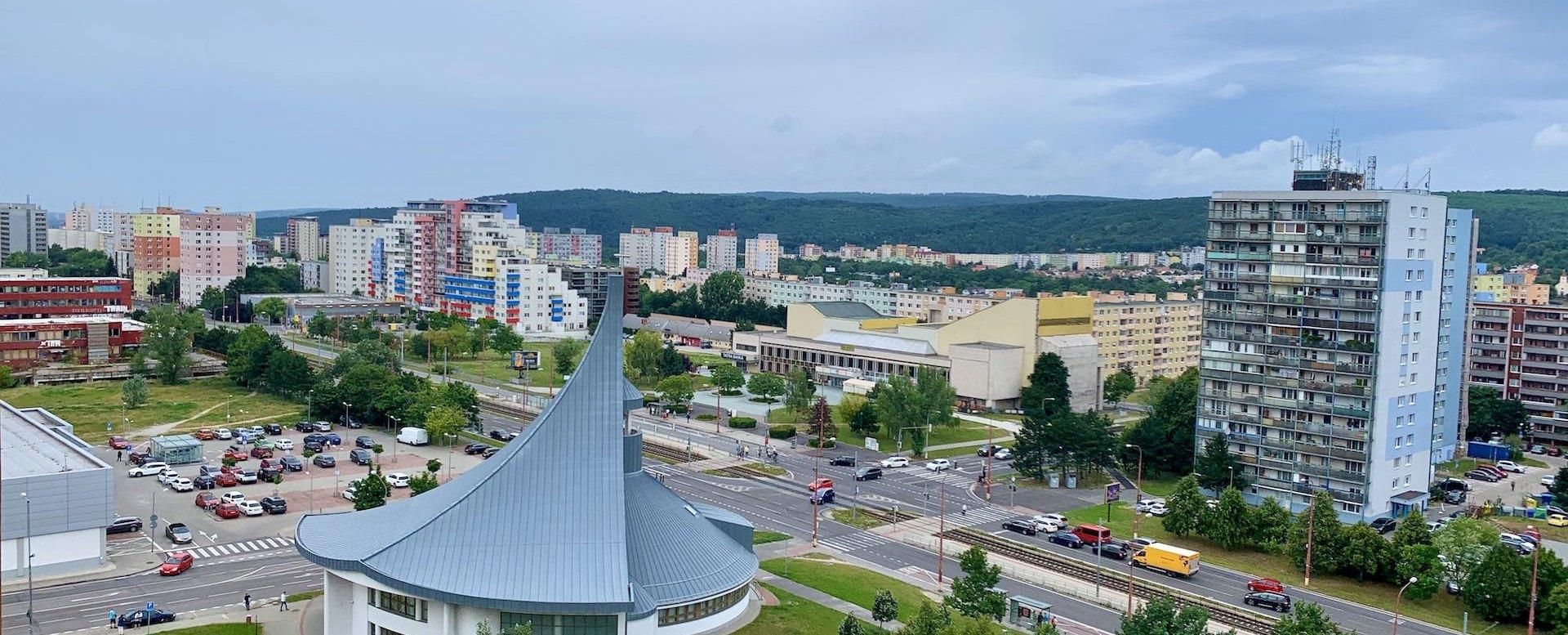 Výhľad z lodžie v 2-izbovom byte na Považanovej ulici v Dúbravke