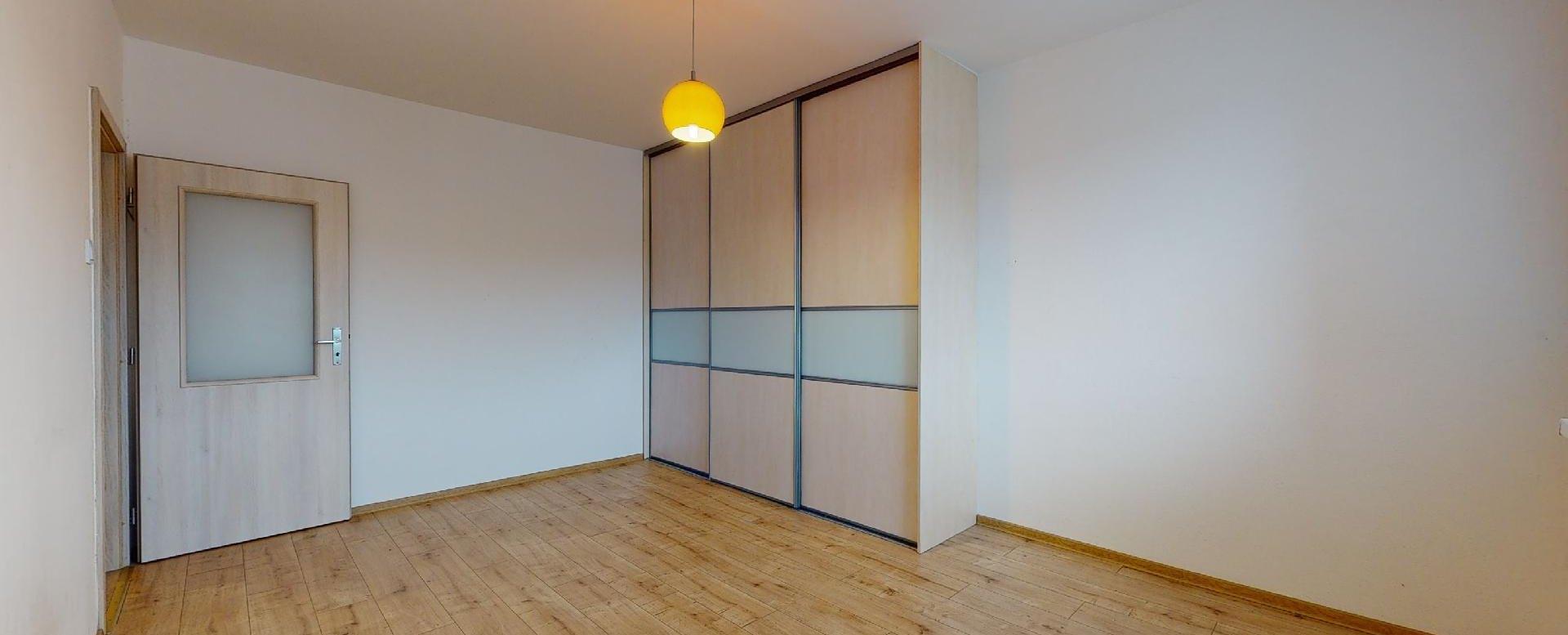 Priestranná izba so vstavanou skriňou v 2-izbovom byte na Považanovej ulici v Dúbravke