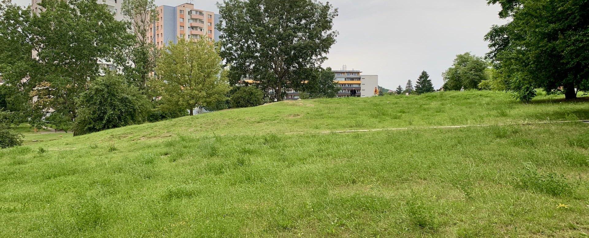 Okolie bytového domu v Dúbravke