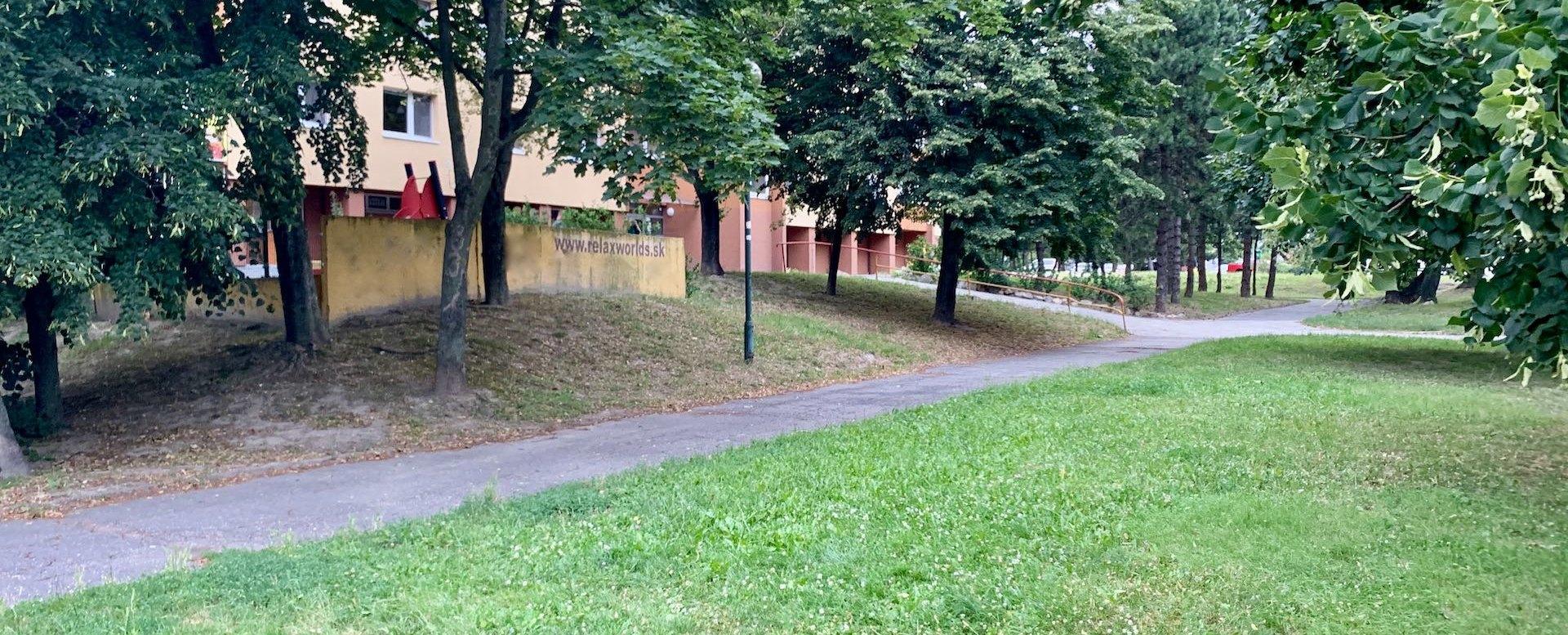 Zeleň v okolí bytového domu