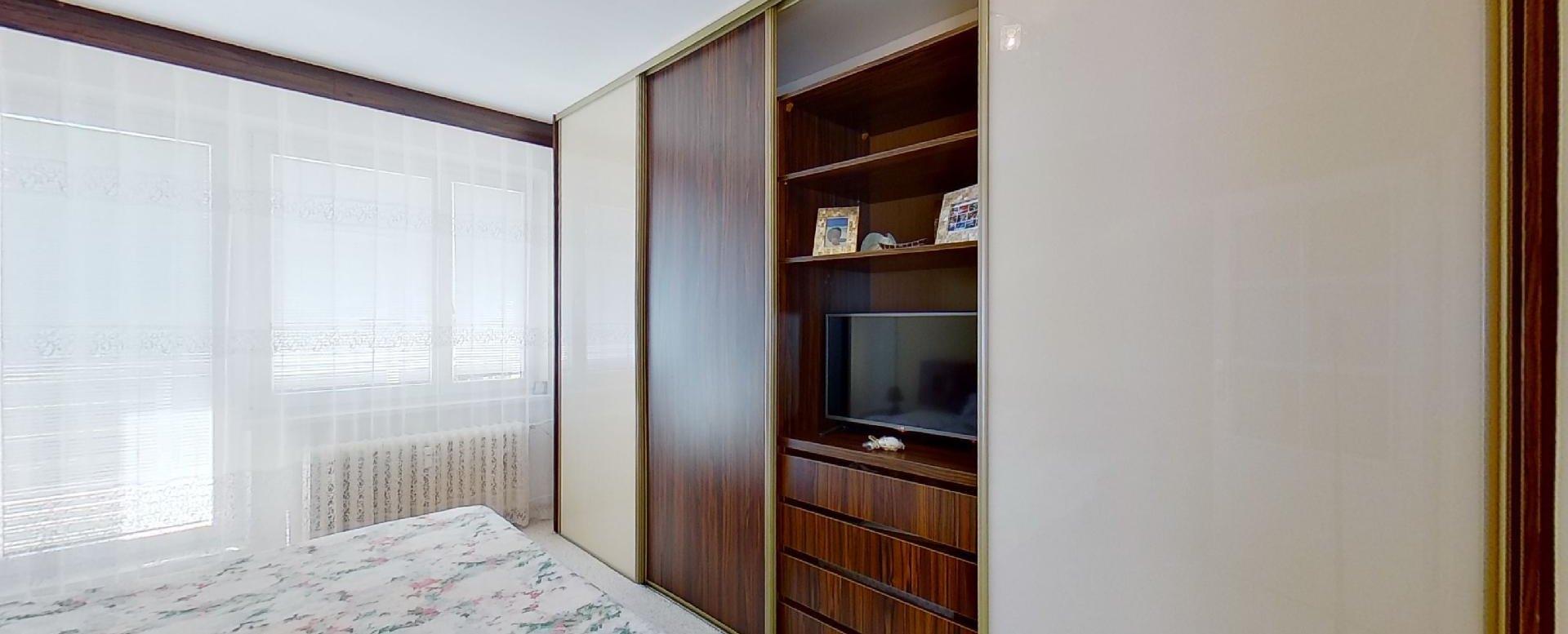 Spálňa s manželskou posteľou a vstavanou skriňou v 2-izbovom byte na Jašíkovej v Čadci