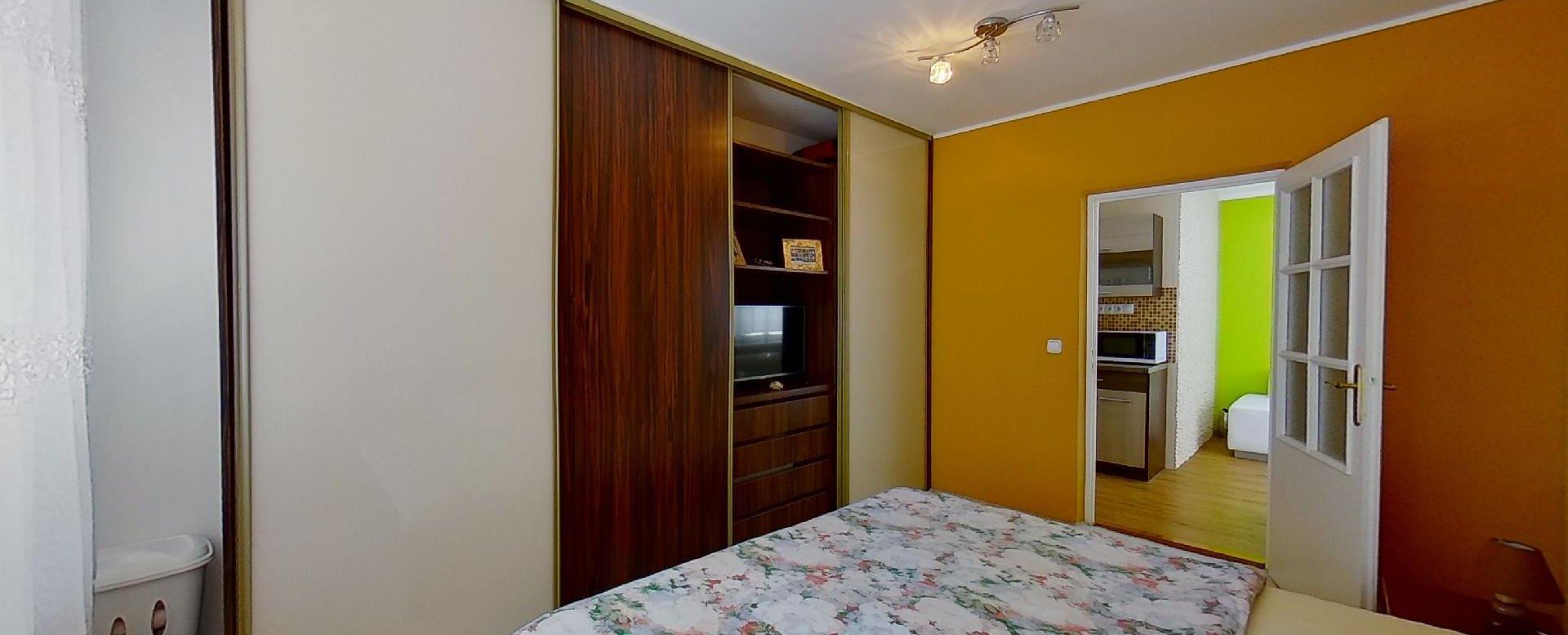 Vstavaná skriňa a manželská posteľ v 2-izbovom byte na Jašíkovej v Čadci