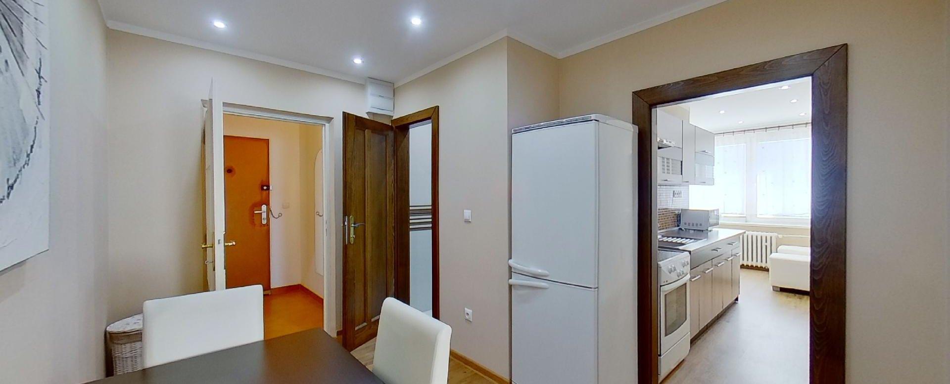 Pohľad na jedáleň a kuchyňu v 2-izbovomy byte na Jašíkovej v Čadci