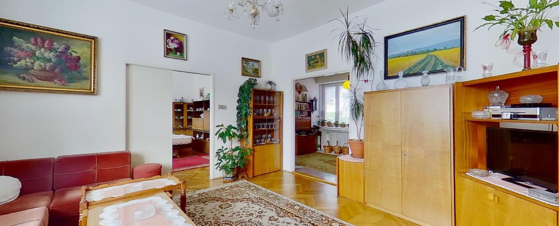 Konferenčný stolík a nábytok v obývacej izbe