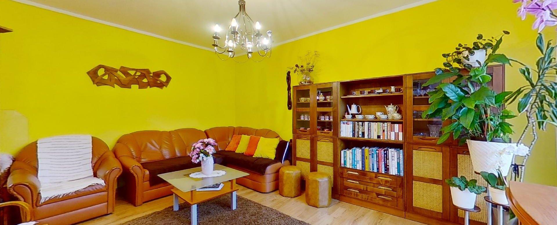 obývacia izba so sedacou súpravou a nábytkom