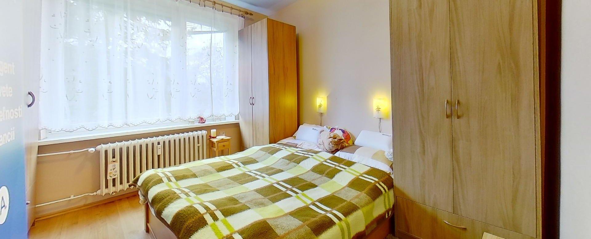 Manželská posteľ so skriňami