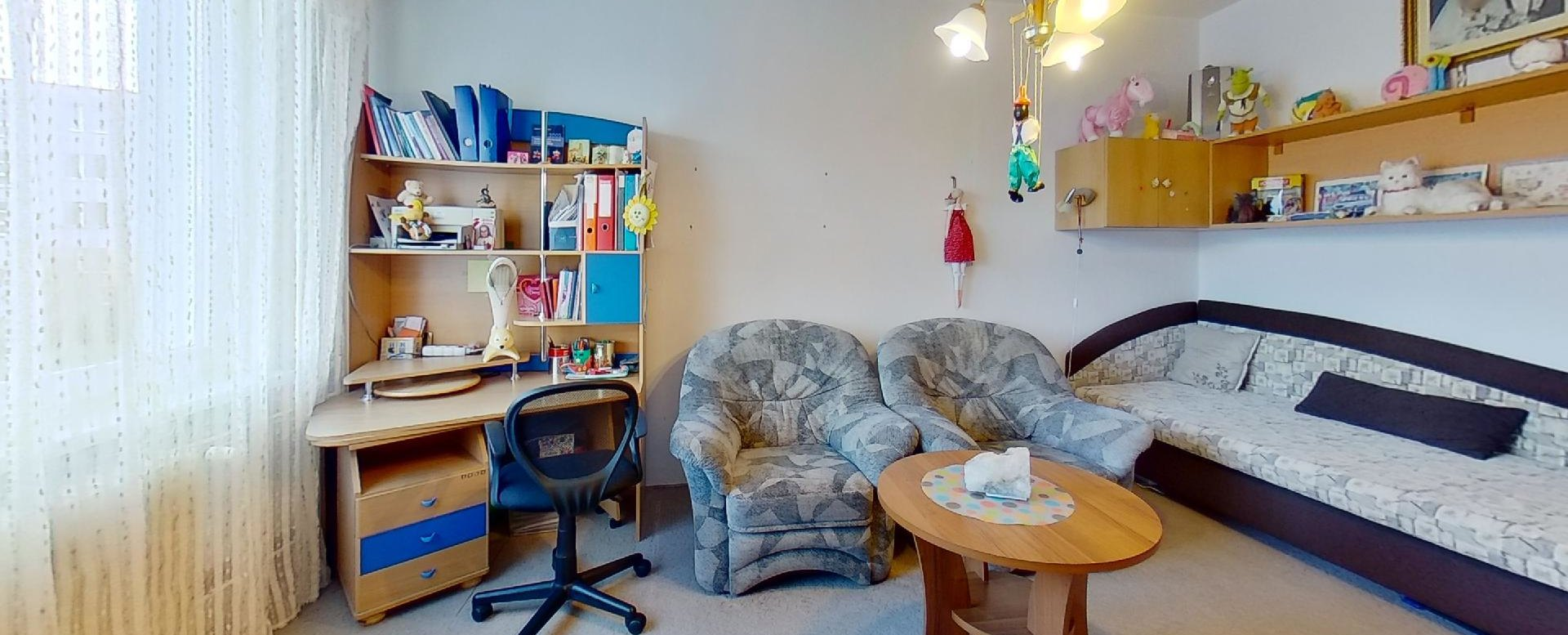 Písací stôl a posteľ v izbe