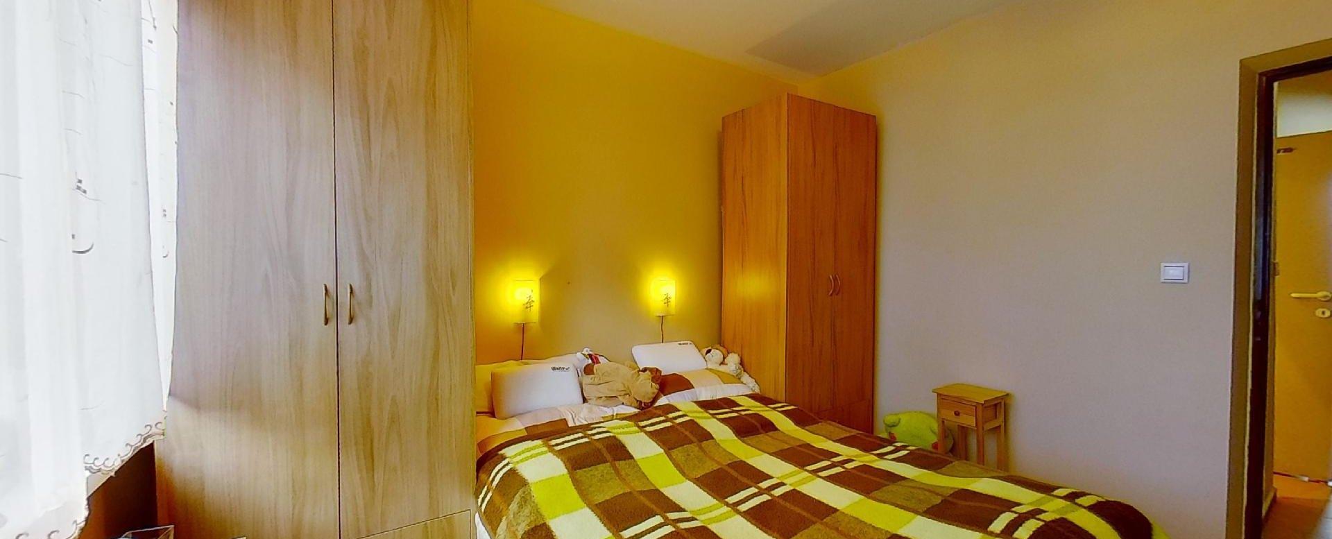 Manželská posteľ so skriňami v spálni
