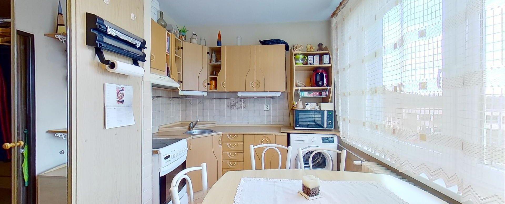 Pohľad na jedálensky stôl a kuchyňu