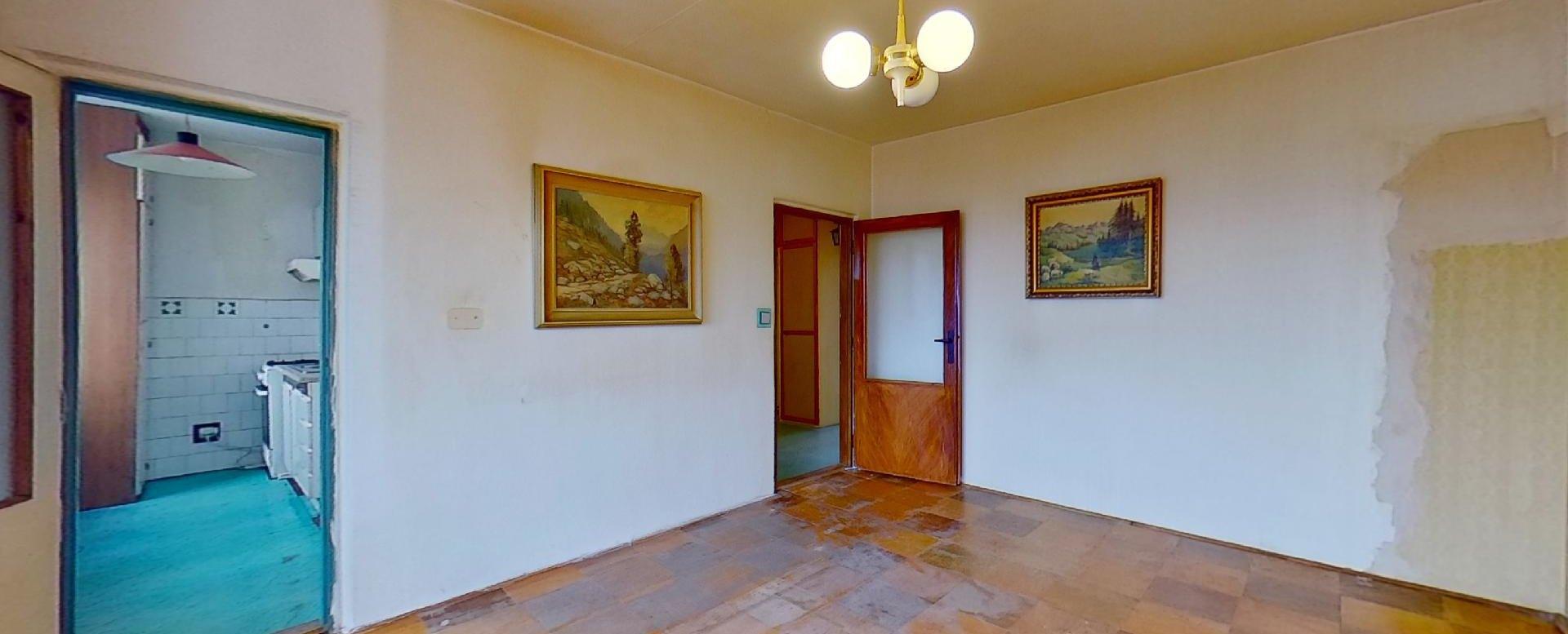 Obývacia izba so vstupom do kuchyne 3-izbového bytu v pôdovnom stave na Pražskej ulici v Košiciach